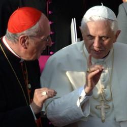 Kardinal Joachim Meisner im Gespräch mit dem damaligen Papst Benedikt XVI. (2005): Ein direkter Draht nach Rom Foto: picture-alliance/ dpa/dpaweb