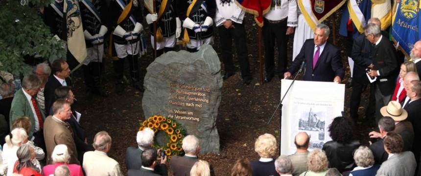 Einweihung des Gedenksteins für die Trümmerfrauen in München im Mai 2013 Foto: picture alliance/Sueddeutsche Zeitung Photo