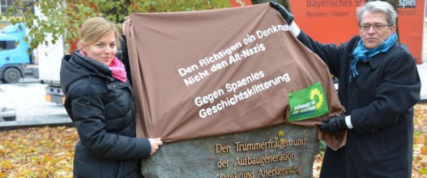 Katharina Schulze und Sepp Dürr bei der Verhüllung des Denkmals Foto: Grünen-Fraktion im Bayerischen Landtag/twitter