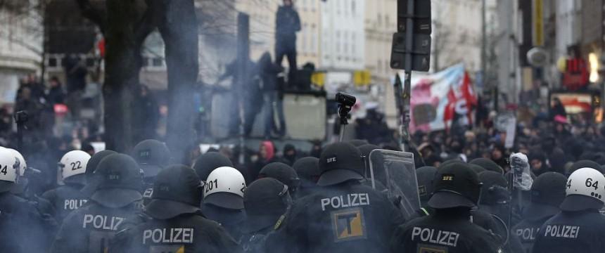 """Krawalle um die sogenannte """"Roten Flora"""": Angriff auf Rechtsstaat und Gewaltmonopol Foto: picture alliance / dpa"""