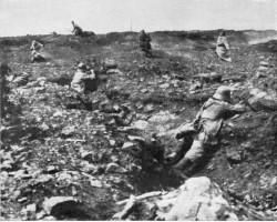 Französische Soldaten versuchen eine deutsche Stellung in Flandern zu stürmen: Stoff nationaler Geschichtsmythologie der Sieger Foto: Wikipedia