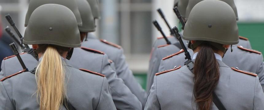 Zwei Soldatinnen in der Ehrenformation der Bundeswehr: Ein kontinuierlicher Niedergang westlicher Armeen Foto: picture alliance / dpa