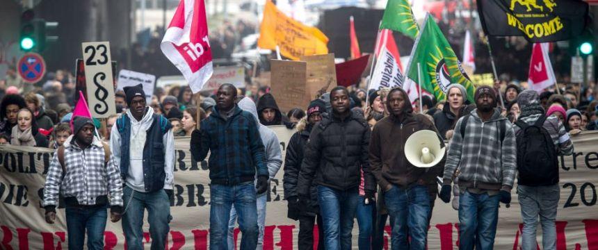 Schülerdemonstration gegen Abschiebung in Hamburg: Pflegebedürftige müssen umziehen Foto:  picture alliance/dpa