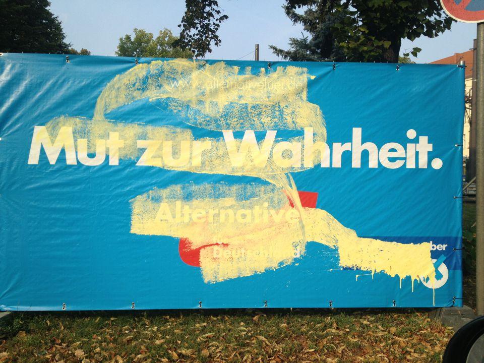 Beschmiertes AfD-Plakat im Wahlkampf 2013