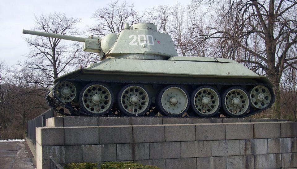 T-34_am_Sowjetischen_Ehrenmal_im_Tiergarten