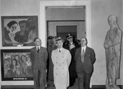 """Propagandaminister Joseph Goebbels besucht die Ausstellung """"Entartete Kunst"""", links zwei Gemälde Noldes: Die Wirklichkeit ist komplexer Foto: Bundesarchiv mit CC-Lizenz  http://tinyurl.com/3hth25"""