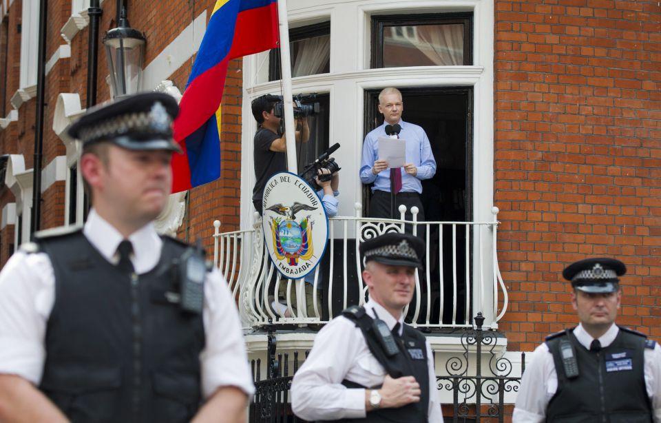 Julian Assange spricht aus der ecuadorianischen Botschaft in London zu Anhängern Foto: Picture-Alliance