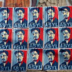Plakate mit Edvard Snowden in Köln: Heilsame Lektion für Deutschland Foto: picture alliance / R. Goldmann