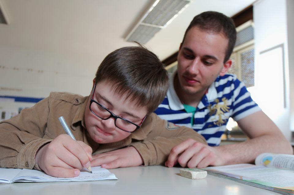 Kind mit Down-Syndrom in der Schule
