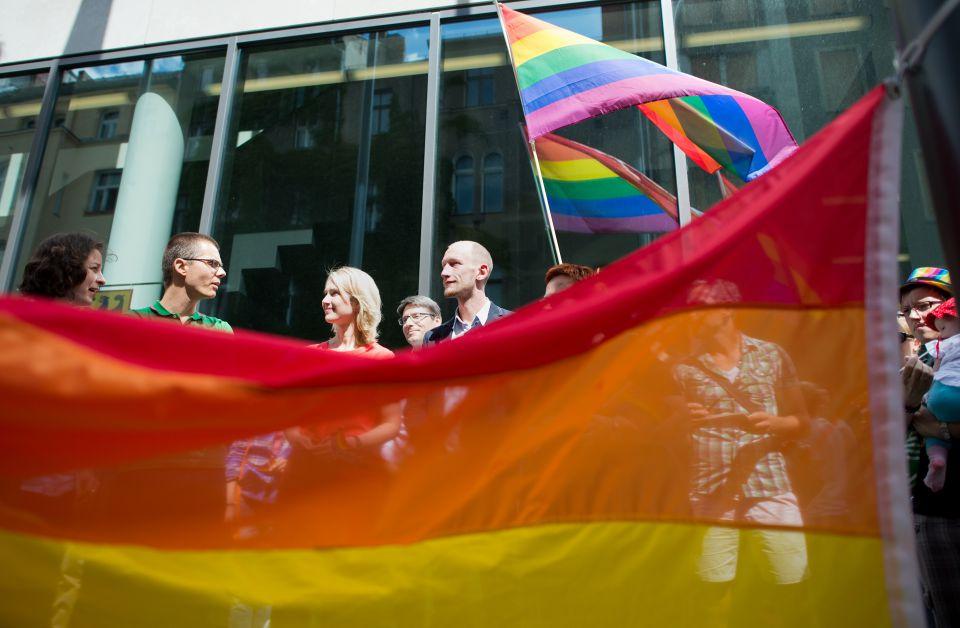Regenbogenflagge vor dem Familienministerium