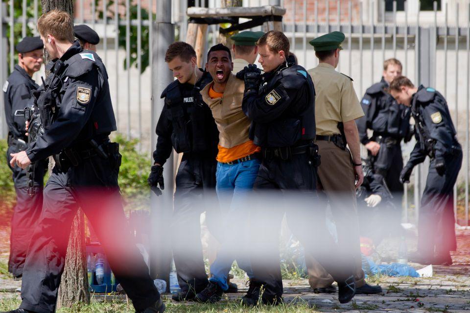 Asylbewerber werden abgeführt