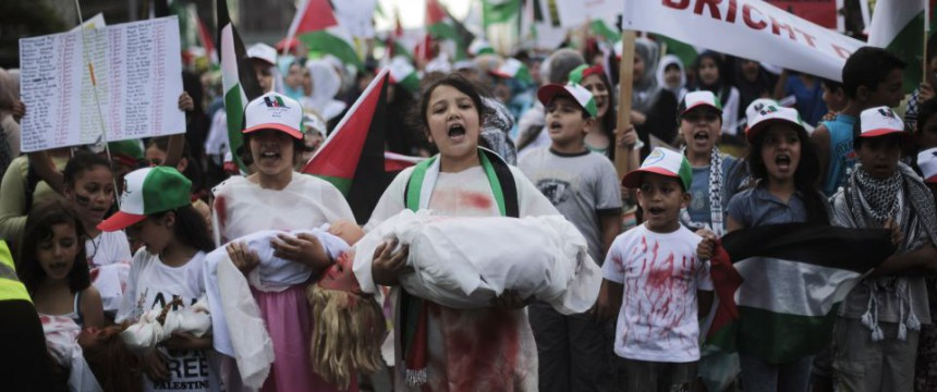 Kinder auf einer antiisraelischen Demo in Berlin: Mit den Einwanderern kamen die Konflikte Foto:  picture alliance / AP Photo