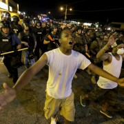 Schwarze demonstrieren in Ferguson gegen die Polizei Foto: picture alliance/AP Photo