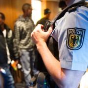 Bundespolizisten greifen illegale Einwanderer auf Foto: picture alliance/dpa