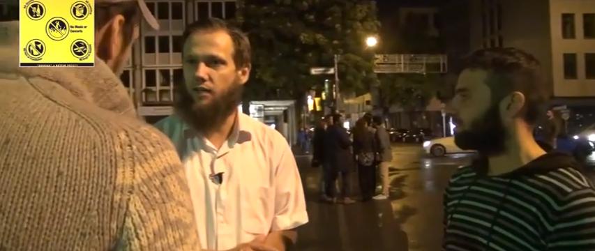 Sven Lau (Mitte) mit Glaubensbrüdern: Wuppertal hat jetzt eine Scharia-Polizei Quelle: Youtube