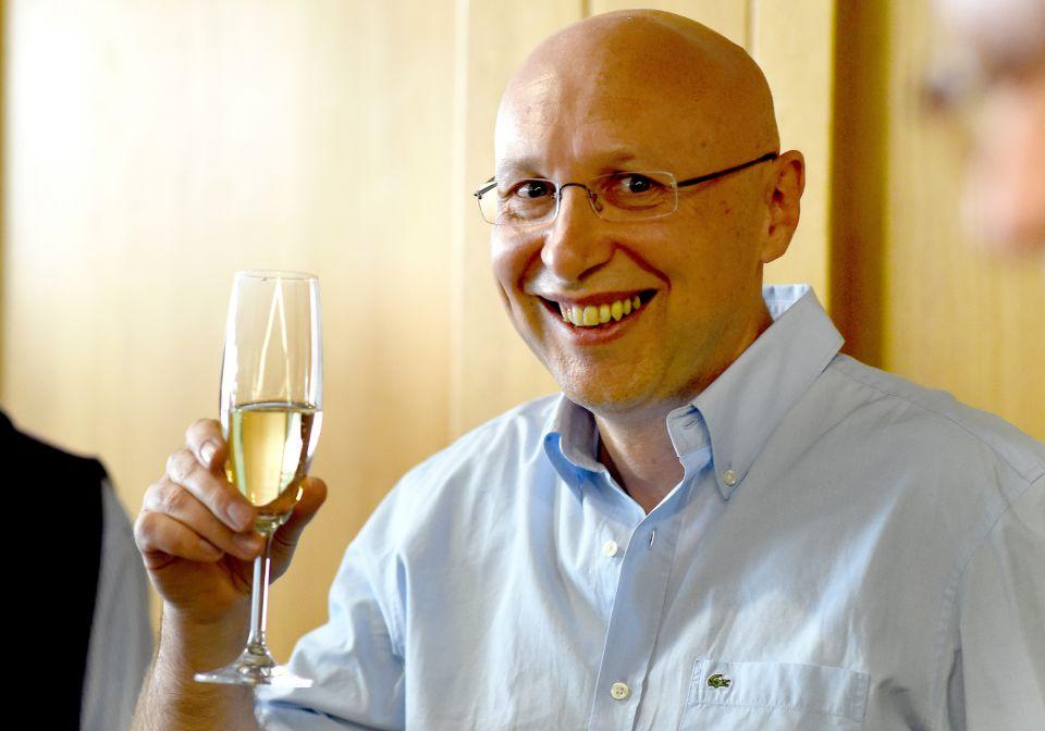 Ein Glas Sekt für Stefan Hell