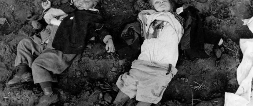 Aufnahme einer Propagandakompanie: Zwei bei dem Massaker erschossene Kinder Foto: picture alliance/ZB