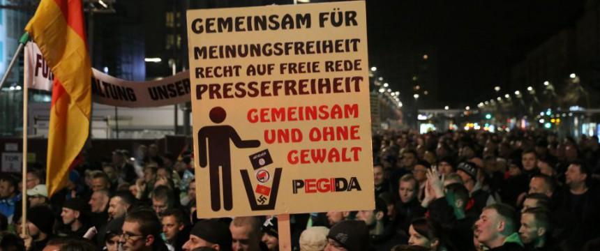 Plakat auf Pegida-Demonstration: CDU und AfD kritisieren Linksextremisten Foto: JF