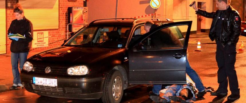 Polizisten sichern den Tatort in Sarstedt: Staatsanwalt und Richter bedroht Foto: picture alliance / dpa