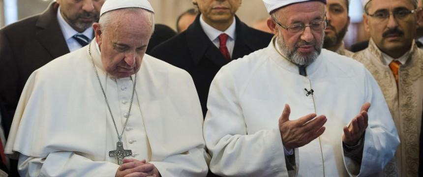 Papst Franziskus und der Mufti von Istanbul,  Rahmi Yaran, beim gemeinsamen Gebet in der Sultan-Ahmed-Moschee Foto:  picture alliance / AP Photo