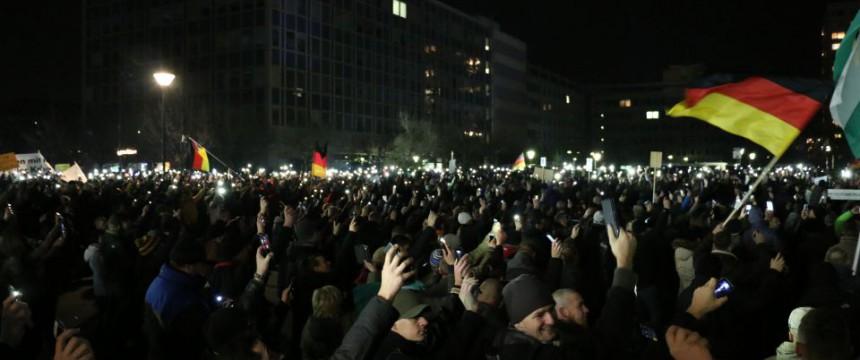 Pegida-Demonstration in Dresden: 10.000 gegen unkontrollierte Einwanderung Foto: JF