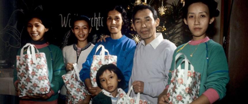 Vietnamesische Flüchtlingsfamilie im niedersächsischen Aufnahmelager Friedland 1986 Foto: picture alliance/Wolfgang Weihs