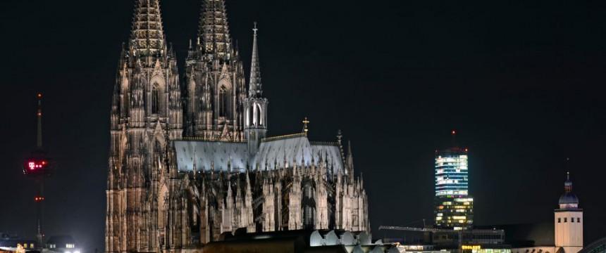 Dom in Köln: Licht aus spart auch Kirchensteuern Foto:  picture alliance/Horst Ossinger