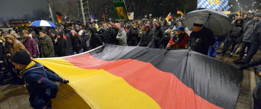 Pegida-Demonstranten mit Deutschlandflagge: Teilnehmerzahl erneut gestiegen Foto: dpa