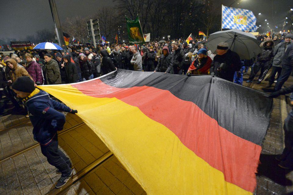 Pegida-Demonstranten mit Deutschlandflagge