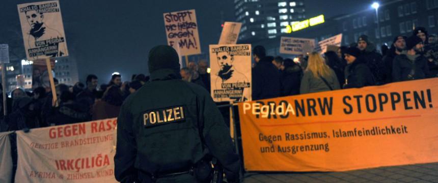 Anti-Pegida-Proteste in Duisburg: Linke Brutalität Foto: picture alliance / dpa