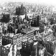 Kriegszerstörtes Dresden: Militärisch sinnvoll, aber moralisch ein Verbrechen Foto: Wikimedia / Bundesarchiv mit CC-Lizenz http://tinyurl.com/3hth25