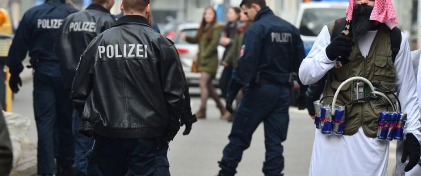 Als islamischer Terrorist verkleideter Karnevalist in Braunschweig Foto: picture alliance/dpa