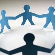 Papierfiguren: Wer gegen Gender Mainstreaming ist, wird als Menschenfeind definiert Foto:  picture alliance / chromorange