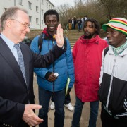 Sachsen-Anhalts Ministerpräsident Reiner Haseloff besucht Asylbewerber in Braunsbedra Foto: picture alliance/dpa