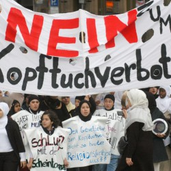 Proteste in Frankfurt am Main gegen Kopftuchverbote (Archivbild) Foto: picture alliance/AP Photo