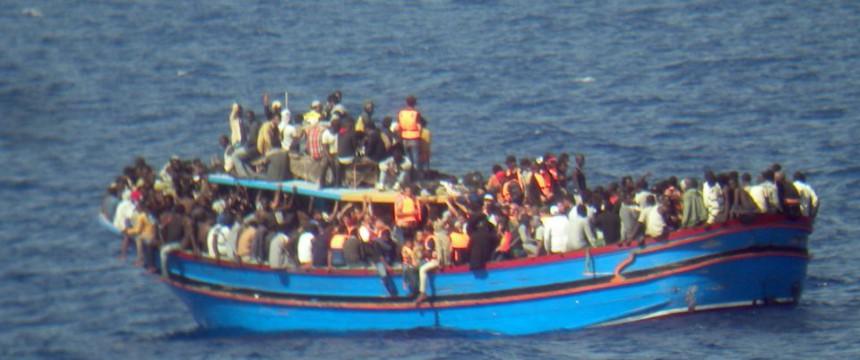 Asylbewerber auf einem Boot im Mittelmeer: Moslems werfen Christen über Bord (Foto: picture alliance / dpa)
