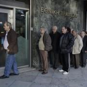 Warteschlange vor einer Athener Bank: Griechen verlieren vertrauen in das Finanzsystem Foto:  picture alliance/AP Photo