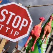 Demonstration gegen TTIP: Verhandlungen verzögern sich Foto: dpa