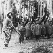Wehrmachtssoldaten ergeben sich US-Truppen (1945): Verbrechen wurden lange nicht thematisiert Foto:  picture-alliance/akg-images