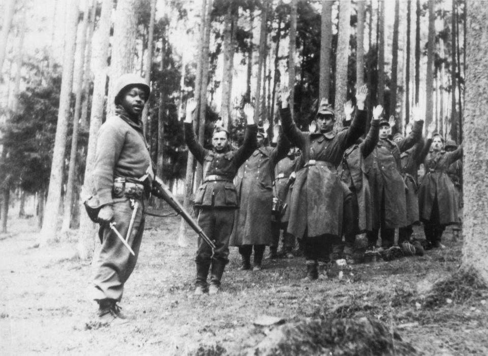 Wehrmachtssoldaten ergeben sich US-Truppen (1945)