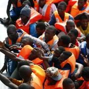 Illegale Einwanderer werden im Mittelmeer an Bord genommen: Den Schleusern die Arbeit abnehmen Foto: picture alliance / dpa