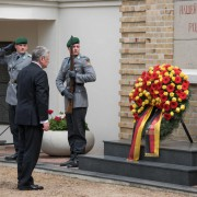 Bundespräsident Joachim Gauck legt zum 70. Jahrestag des Kriegsendes einen Kranz auf dem sowjetischen Soldatenfriedhof in Lebus nieder Foto: picture alliance/dpa