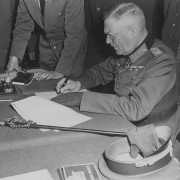 Generalfeldmarschall Wilhelm Keitel unterzeichnet als Chef des Oberkommandos der Wehrmacht am 8. Mai 1945 die deutsche Kapitulation Foto: wikimedia/National Archives Lizenz: public domain