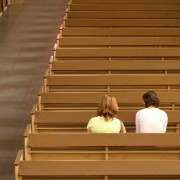 Insbesondere junge Leute bleiben der Kirche fern Foto: picture alliance/JOKER