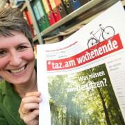 taz-Chefredakteurin Ines Pohl mit einem Exemplar der taz: Staatsknete kassieren und unabhängig sein? Foto: picture alliance / dpa