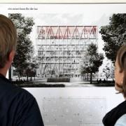 Besucher betrachten den Entwurf des taz-Neubaus: Die taz nimmt gerne Geld vom Saat Foto: picture alliance / dpa