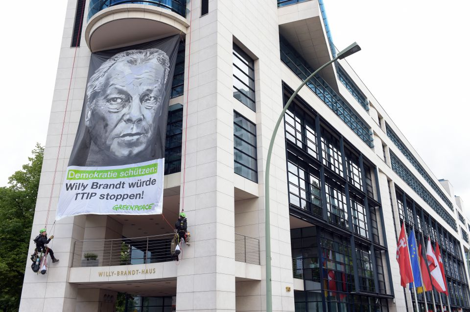 Greenpeace am Willy-Brandt-Haus