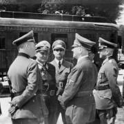 Im Wald vom Compiégne am 22. Juni 1940: Hitler und andere Führungsspitzen des Dritten Reiches, darunter Hermann Göring und Rudolf Heß Foto: Wikimedia/Bundesarchiv mit CC-Lizenz https://goo.gl/H4AWzg