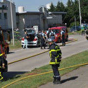 Rettungskräfte und Polizisten am Anschlagsort in Saint-Quentin-Fallavier in der Nähe von Lyon Foto: picture alliance/dpa
