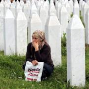Bosnierin auf dem Gedenkfriedhof von Srebrenica (2014): Was geschah wirklich? Foto:  picture alliance / dpa
